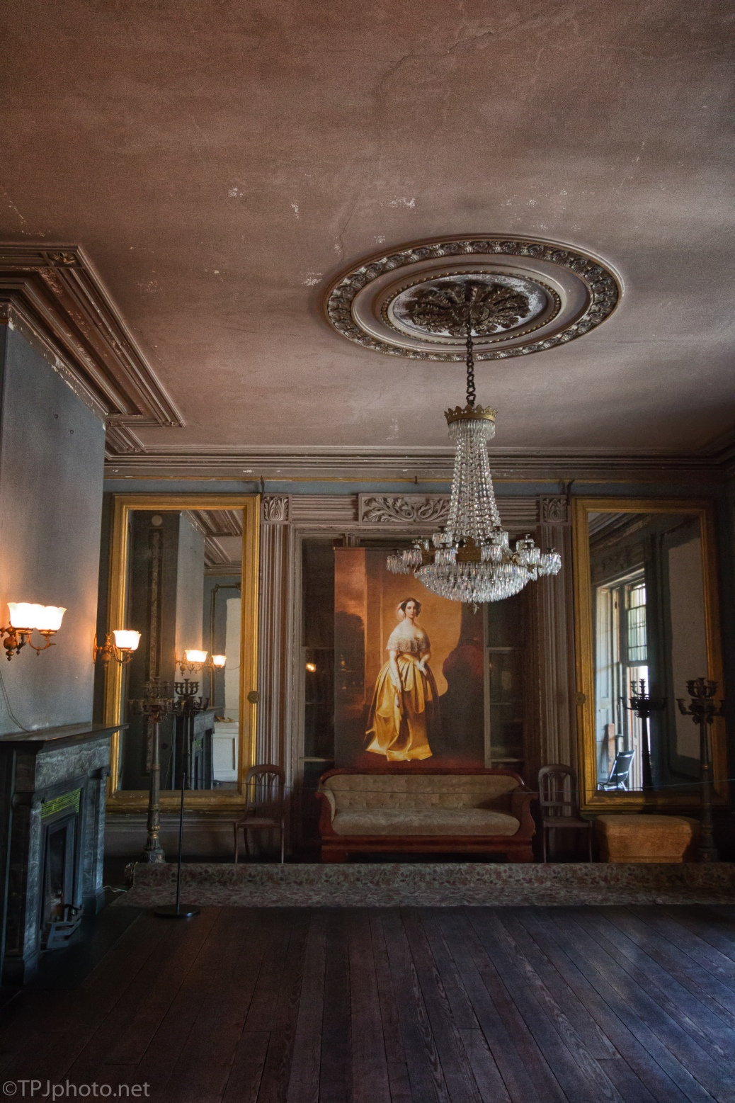 Art Collections Of An Old Grand House - click to enlarge