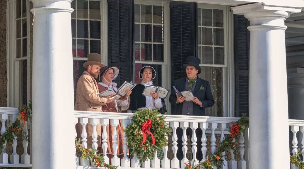 Singing Carols, Plantation House